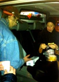 Andre Uitdelen-brood-vanuit-bus 4 februari 2013