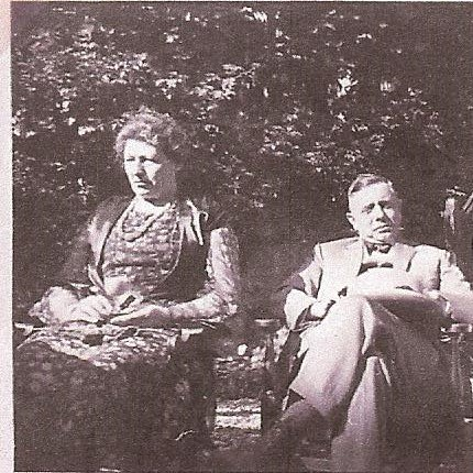 Ouders van Janwillem, Rotterdam, in tuin, 27 mei 1934, opname Willem de Hoog.