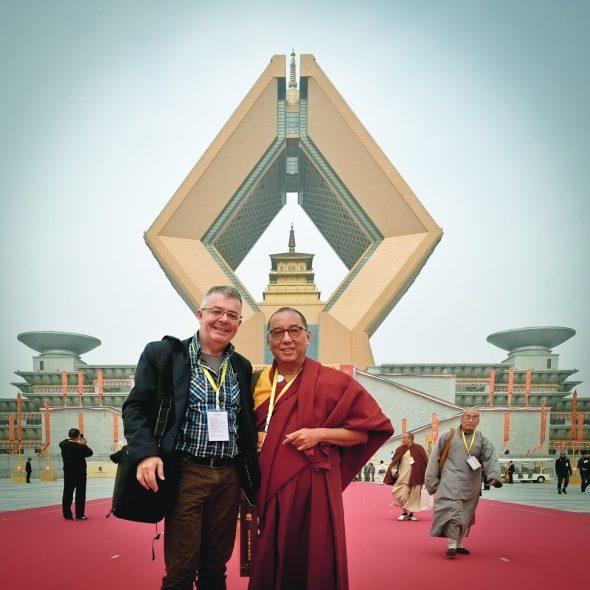 Kundeling Rimpoche en Meindert Gorter bij Famen Temple, China.