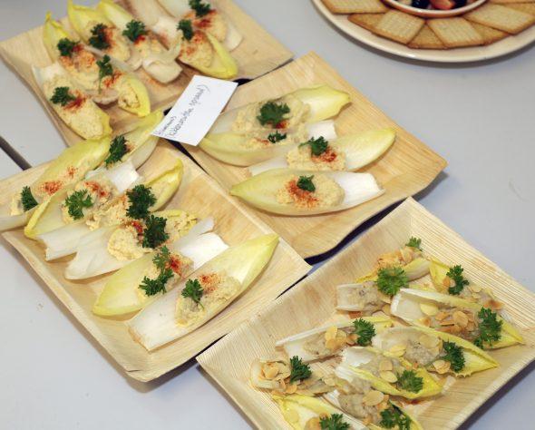 gevulde witlofblaadjes met hummus en baba ganoush .