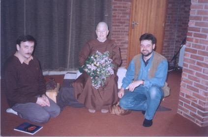 Ayya Khema vlnr Heinz Roiger, Ayya Khema en Gerolf T'Hooft, Volksabdij Ossendrecht, 1994