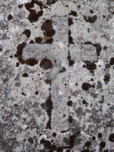 De natuurlijke gang van het leven deel 1 Gebroken Jezus grafplaat op het kerkhof van La Neuville lès Wasigny