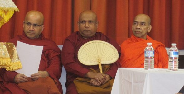 bhante Bandula van London Buddhist Vihara, bhante Gunwansha van Jetavana vihara in Birmingham en bhante Ariyavansa van Abiwaramaya vihara (op bezoek uit zuid Sri Lanka).