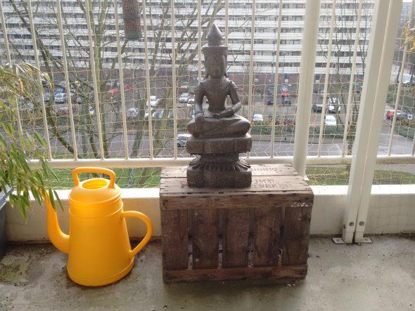 Boeddha op een oude veilingkist. Buddhism in Holland. Collectie Kloosterbunker BD.