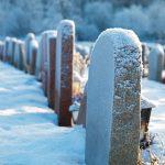 Grafstenen bedekt met sneeuw