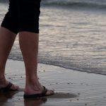Strand voeten in water