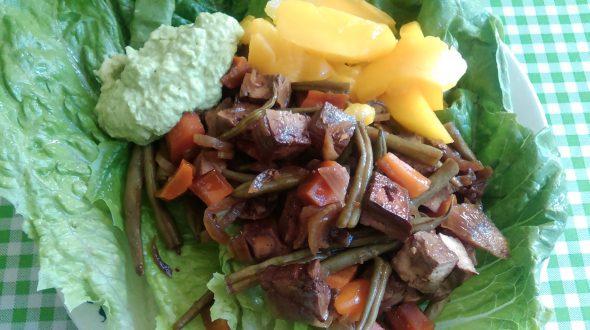 gekarameliseerde-tofu-met-mango-en-humus