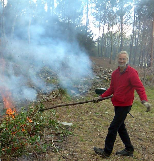 Hans van Dam stookt een vuurtje op de quinta in Portugal
